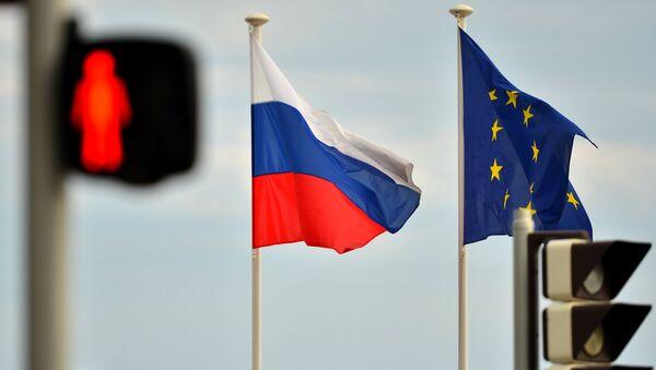 Флаги России, ЕС, Франции и герб Ниццы на набережной Ниццы - Sputnik Таджикистан