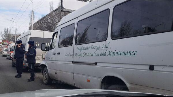 Три маршрутки столкнулись в центре Бишкека, есть пострадавшие — видео - Sputnik Таджикистан