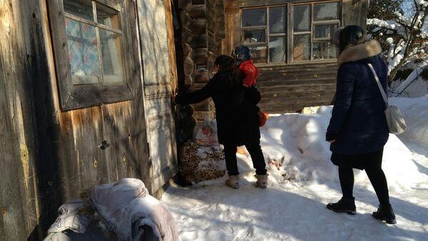 Мигрантка из Таджикистана входит с ребенком в свой дом, архивное фото - Sputnik Тоҷикистон