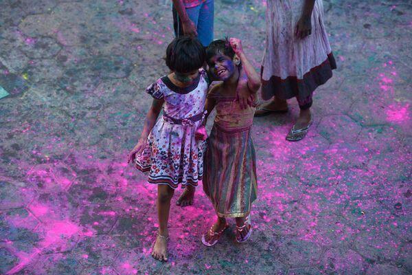 Участники фестиваля Холи в Индии - Sputnik Таджикистан