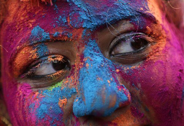 Участница фестиваля Холи в Индии - Sputnik Таджикистан