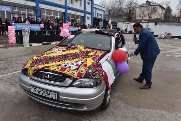 Ведущий Субхон Джалилов представляет участников конкурса Автоледи 2018 - Sputnik Таджикистан