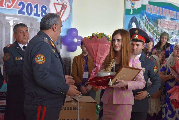 Вручение приза Мадине Назаровой на конкурсе Автоледи 2018 - Sputnik Таджикистан