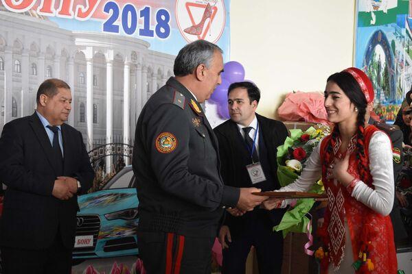 Вручение награды участнице конкурса Автоледи 2018 - Sputnik Таджикистан