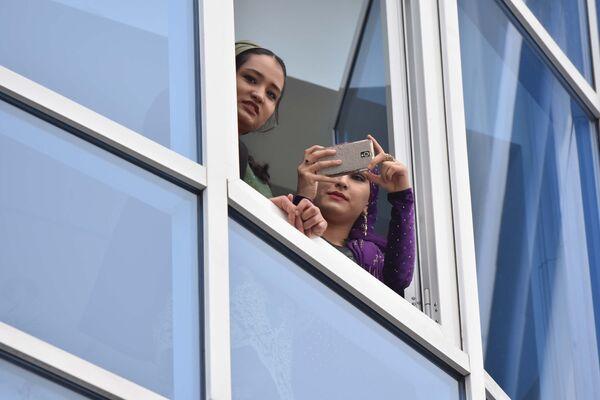 Люди наблюдают из окон за соревнованиями, архивное фото - Sputnik Таджикистан