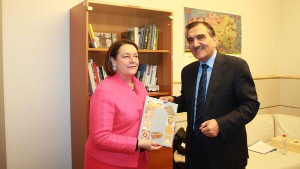 Представитель Таджикистана в Евросоюзе Эркинхон Рахматуллозода и представитель парламента Европы Натали Грисбек - Sputnik Тоҷикистон