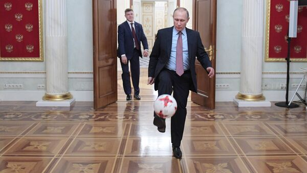 Президент РФ Владимир Путин с мячом после встречи в Кремле с президентом ФИФА Джанни Инфантино, архивное фото - Sputnik Тоҷикистон