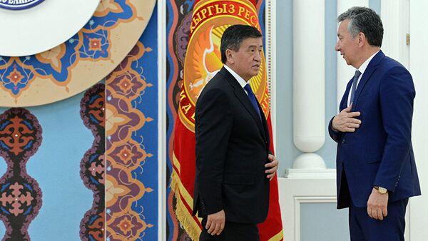 Президент Кыргызской Республики Сооронбай Жээнбеков и аппарат президента проводили Фарида Ниязова, ушедшего с должности Руководителя Аппарата по собственному желанию - Sputnik Таджикистан