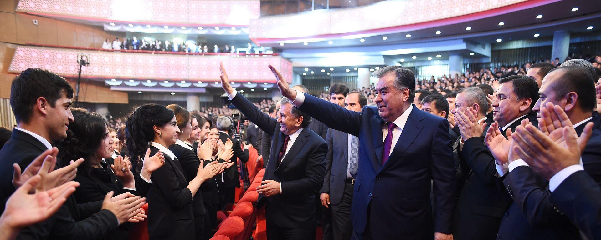 Президент Узбекистана Шавкат Мирзиёев и президент Таджикистана Эмомали Рахмон  - Sputnik Таджикистан, 1920, 08.06.2021