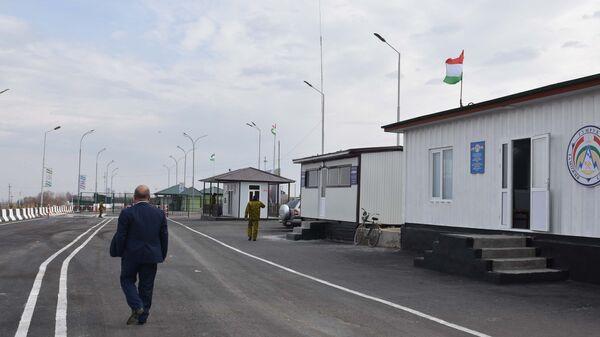 КПП Равот на границе Таджикистана и Узбекистана в городе Канибадам, архивное фото - Sputnik Тоҷикистон