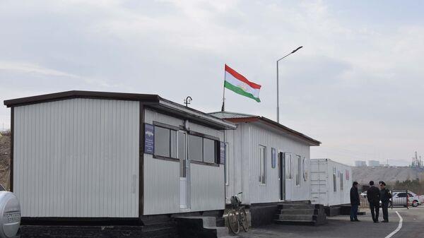 КПП Равот на границе Таджикистана и Узбекистана в городе Канибадам, архивное фото - Sputnik Таджикистан