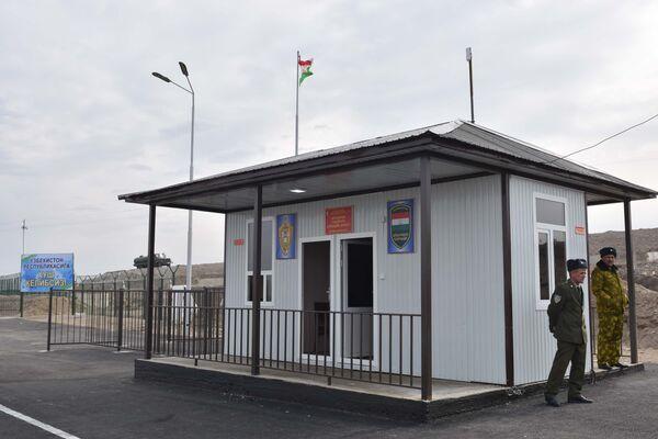 КПП Рават на границе Таджикистана и Узбекистана в городе Канибадаме, архивное фото - Sputnik Таджикистан
