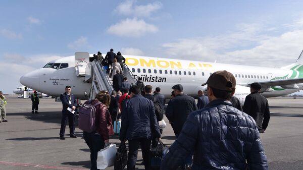 Посадка пассажиров в самолет, архивное фото - Sputnik Тоҷикистон