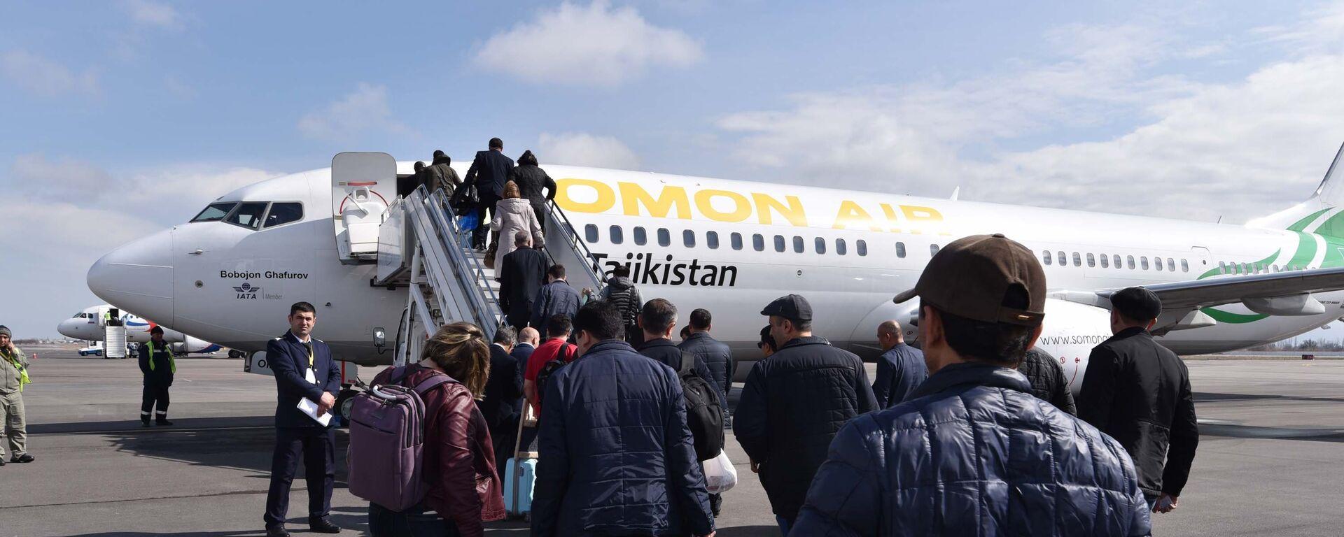 Посадка пассажиров в самолет, архивное фото - Sputnik Таджикистан, 1920, 01.04.2021
