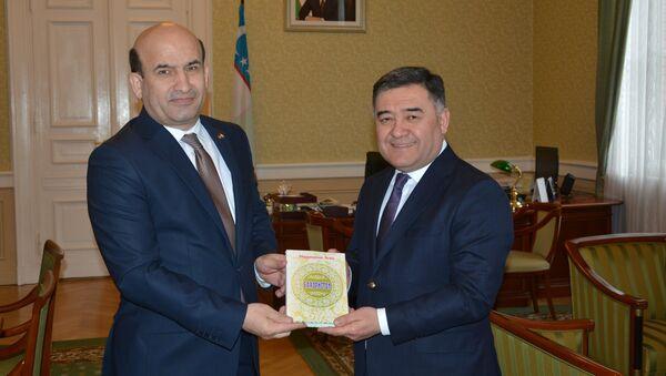 Посол Таджикистана подарил послу Узбекистана в Берлине книгу Абдрахманаа Джами - Sputnik Тоҷикистон