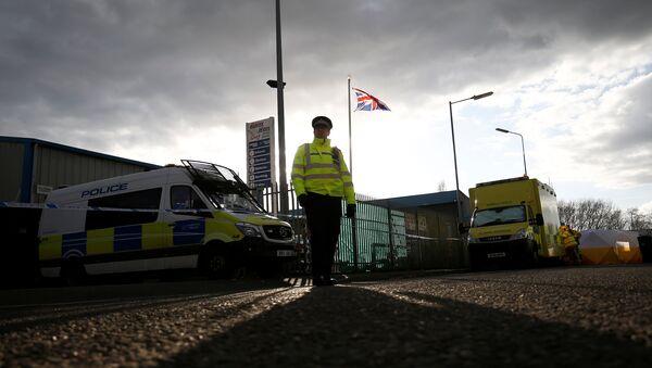 Британский полицейский на месте, где был обнаружен автомобиль Скрипаля - Sputnik Таджикистан