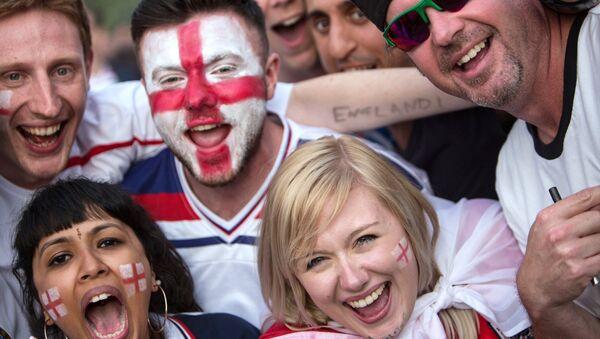 Болельщики во время просмотра трансляции матча группового этапа чемпионата Европы по футболу - 2016 между сборными командами Англии и России - Sputnik Таджикистан