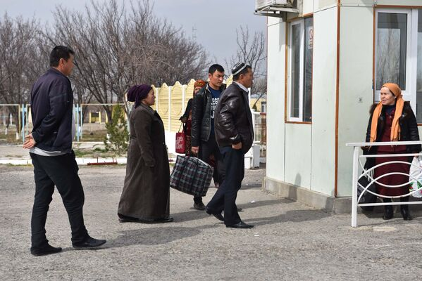 Жители Узбекистана пересекают границу с Таджикистаном на КПП Патар, архивное фото - Sputnik Таджикистан