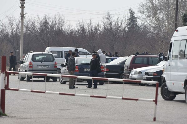 Таксисты на границе между Узбекистаном и Таджикистаном, архивное фото - Sputnik Таджикистан
