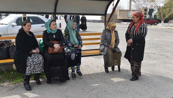 Жители на границе между Узбекистаном и Таджикистаном, архивное фото - Sputnik Тоҷикистон