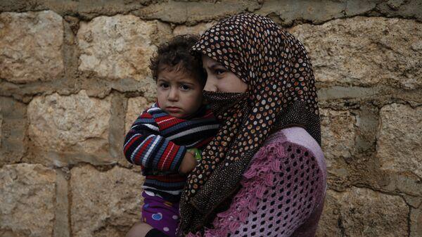 Женщина с ребенком в Сирии, архивное фото - Sputnik Тоҷикистон