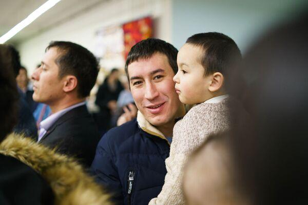 Посетители праздничной ярмарки Дни Навруза на Старом Арбате в Москве - Sputnik Таджикистан
