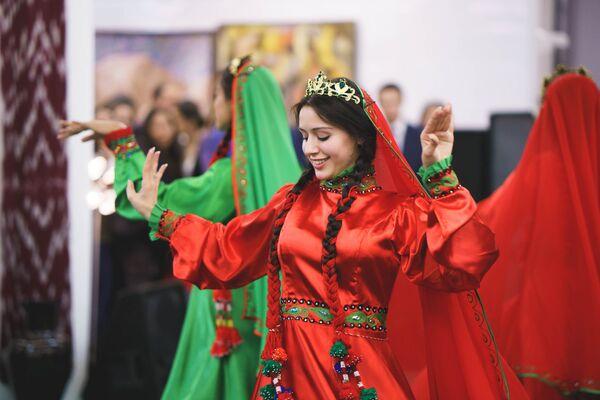 Участница танцевальной группы НУР - Sputnik Таджикистан