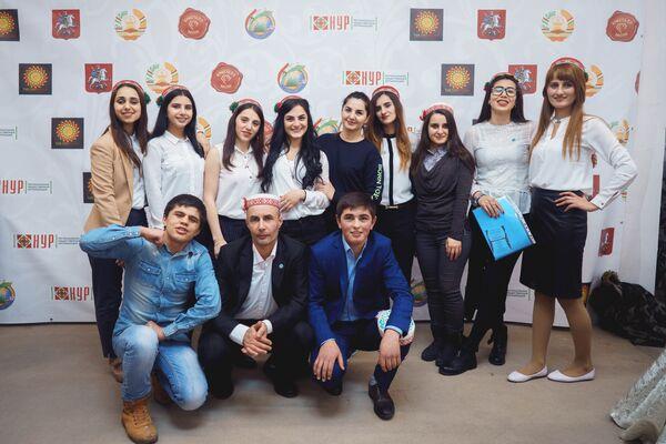 Волонтеры на ярмарке Дней Навруза на Старом Арбате в Москве - Sputnik Таджикистан