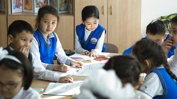 Казахстанские школьники, архивное фото - Sputnik Таджикистан