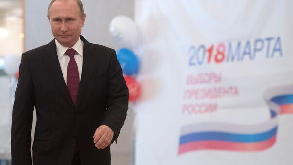 Кандидат в президенты России, действующий президент России Владимир Путин во время голосования на выборах президента России - Sputnik Тоҷикистон