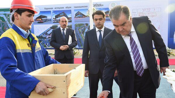 Эмомали Рахмон заложил первый камень для строительства предприятия по производству прохладительных напитков Сиёма - Sputnik Тоҷикистон