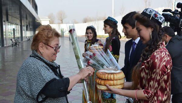 Представители Таджикских туркомпаний встретили туристов в аэропорту - Sputnik Тоҷикистон