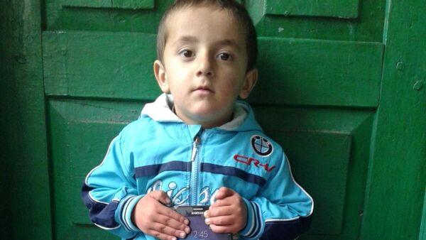 Трех летний мальчик Нуъмон Мирзоёров изучает географию - Sputnik Таджикистан