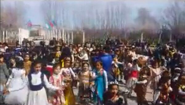 Как танцуют школьники в Узбекистане(Самарканде) под музыкой таджикских певцов - Sputnik Тоҷикистон