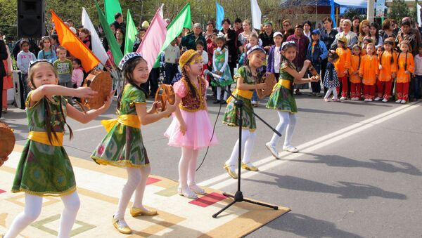 Узбекские школьники празднуют Навруз, архивное фото - Sputnik Тоҷикистон