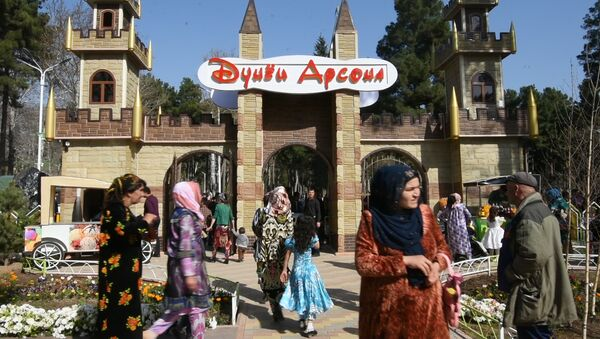 Первые посетители парка Мир сказок в Душанбе - Sputnik Тоҷикистон