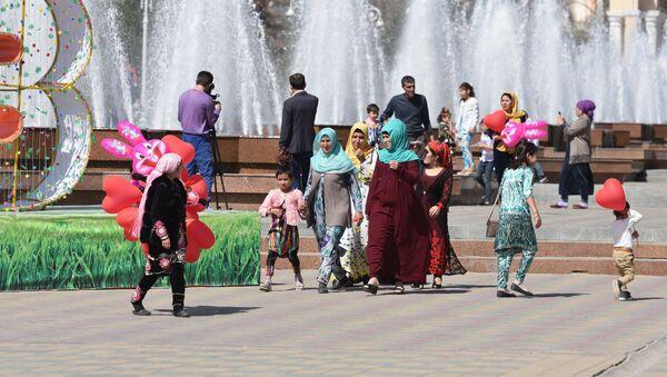 Люди гуляют на улице, архивное фото - Sputnik Таджикистан