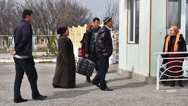 Жители Узбекистана пересекают границу с Таджикистаном на КПП Патар, архивное фото - Sputnik Тоҷикистон