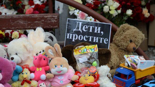 Цветы в память о погибших в ТЦ Зимняя вишня - Sputnik Таджикистан