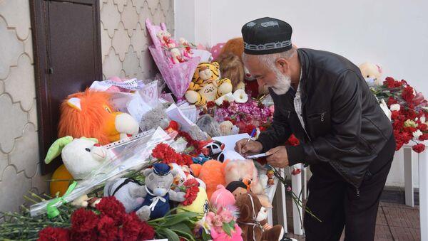 Акция у посольства РФ в Таджикистане в память о погибших при пожаре в Кемерове - Sputnik Таджикистан