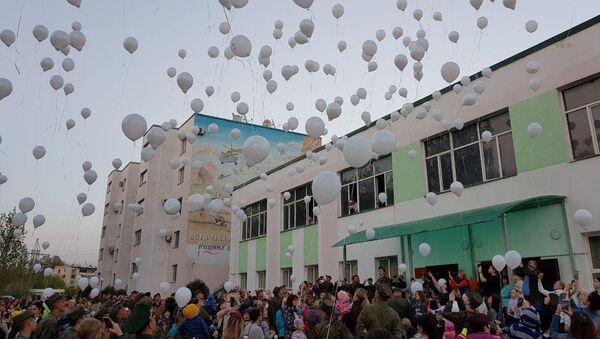 Российские военнослужащие 201-й военной базы выпустили в небо белые шары в память о погибших в Зимней вишне - Sputnik Таджикистан