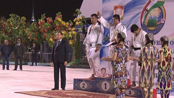 Таджикский борец Саиджалол Саидов стал победителем открытого республиканского турнира по борьбе гуштингири - Sputnik Таджикистан