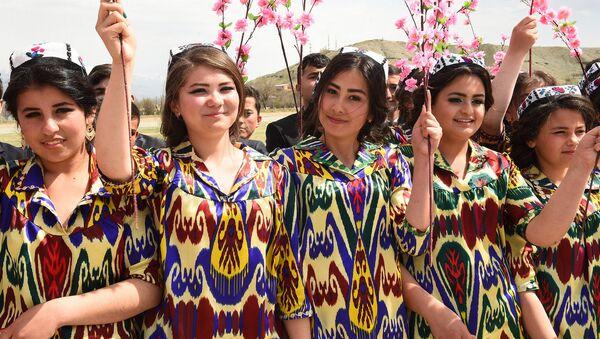 Таджички в национальных костюмах, архивное фото - Sputnik Таджикистан