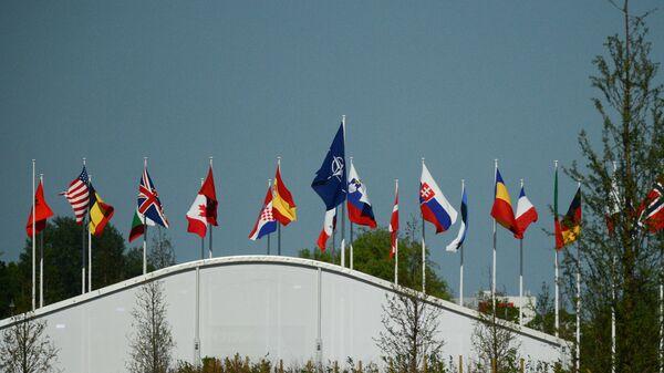 Флаги стран-участниц НАТО над офисом НАТО в Брюсселе, архивное фото - Sputnik Тоҷикистон