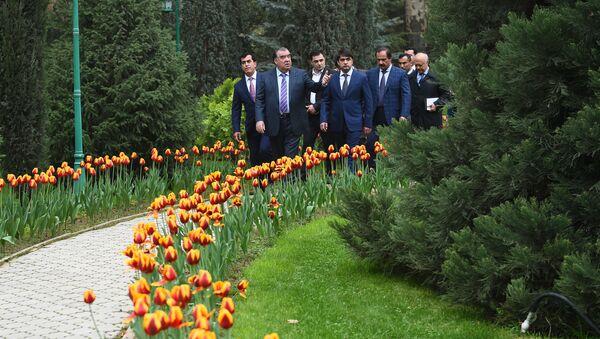 Эмомали Рахмон и Рустам Эмомали осматривают новый бульвар в Душанбе - Sputnik Тоҷикистон
