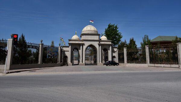 Ворота в городской парк в Дангаре, архивное фото - Sputnik Тоҷикистон