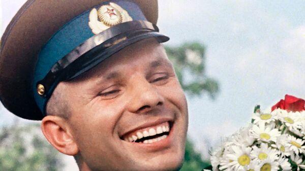 Халабон, кайҳоннаварди СССР Юрий Алексеевич гагарин бо як даста гули бобуна - Sputnik Тоҷикистон