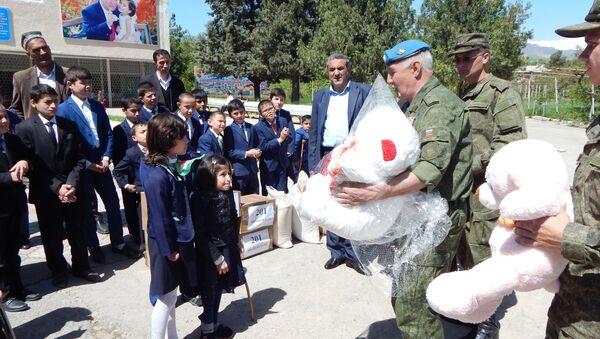 Военнослужащие 201 военной базы оказали помощь  школе-интернату в г. Гиссар - Sputnik Таджикистан