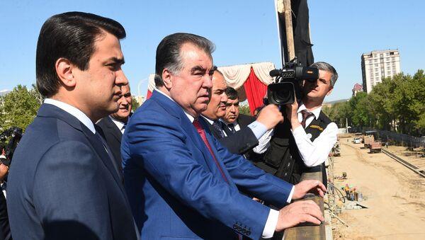 Президент Таджикистана Эмомали Рахмон и мэр Душанбе Рустами Эмомали ознакомились с ходом строительства эстакады - Sputnik Тоҷикистон
