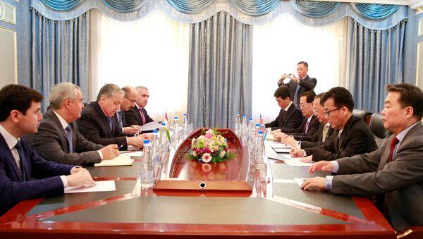 Встреча министров иностранных дел Таджикистана и КНДР Сироджидина Аслова и Ли Ён Хо. - Sputnik Тоҷикистон